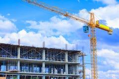 bearbeiten Sie Bau, wenn Sie hohen Standort und die Turmkranarbeit errichten, die mit Kopienraum im Freien ist Lizenzfreie Stockfotografie