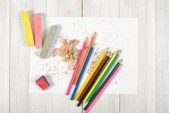 Bearbeiten Sie das Material des Designers liegend auf Holzoberfläche in der Draufsicht Lizenzfreie Stockfotos
