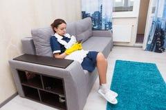 Bearbeiten Sie die schüchterne Haushälterin oder Mädchen, die eine Pause machen Stockfotografie