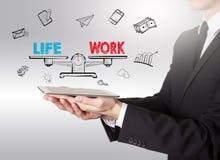 Bearbeiten Sie Leben-Balance, den jungen Mann, der einen Tablet-Computer hält Lizenzfreie Stockbilder