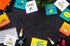 Bearbeiten Sie Schreibtisch von Schönheit Blogger mit Social Media-Ikonen und -kosmetik auf schwarzem Draufsicht-Kopienraum des H Lizenzfreies Stockfoto