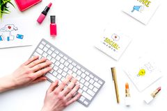 Bearbeiten Sie Schreibtisch von Schönheit Blogger mit Social Media-Ikonen und -kosmetik auf weißem Draufsicht-Kopienraum des Hint Stockbilder