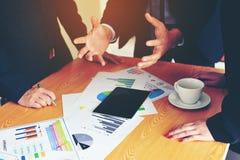 Bearbeiten Sie Schreibtische, Arbeitsplätze, Geschäft und industrielle Arbeit Teamwork ist ein großes Team von erfolgreichen Gesc stockfoto
