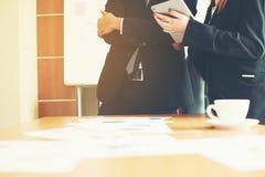Bearbeiten Sie Schreibtische, Arbeitsplätze, Geschäft und industrielle Arbeit Teamwork ist ein großes Team von erfolgreichen Gesc stockbilder