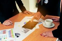 Bearbeiten Sie Schreibtische, Arbeitsplätze, Geschäft und industrielle Arbeit Teamwork ist ein großes Team von erfolgreichen Gesc lizenzfreie stockbilder