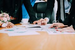 Bearbeiten Sie Schreibtische, Arbeitsplätze, Geschäft und industrielle Arbeit Teamwork ist ein großes Team von erfolgreichen Gesc lizenzfreies stockbild