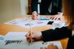 Bearbeiten Sie Schreibtische, Arbeitsplätze, Geschäft und industrielle Arbeit Teamwork ist ein großes Team von erfolgreichen Gesc stockbild