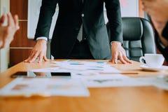 Bearbeiten Sie Schreibtische, Arbeitsplätze, Geschäft und industrielle Arbeit Teamwork ist ein großes Team von erfolgreichen Gesc lizenzfreies stockfoto