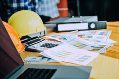 Bearbeiten Sie Schreibtische, Arbeitsplätze, Geschäft und industrielle Arbeit Teamwork ist ein großes Team von erfolgreichen Gesc lizenzfreie stockfotos