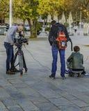 Bearbeiten Sie Team Filming eine Szene an der Straße lizenzfreie stockfotografie