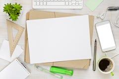 Bearbeiten Sie Tischplattenansicht mit Notizblock, Computer und Kaffeetasse Stockbilder
