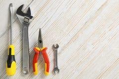 Bearbeiten Sie Werkzeuge, unterschiedliches Instrument auf weißem hölzernem Hintergrund Stockfotografie