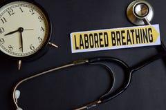 Bearbeitete Atmung auf dem Papier mit Gesundheitswesen-Konzept-Inspiration Wecker, schwarzes Stethoskop stockfoto