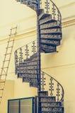 Bearbeitete gewundene Bambusleiter der Weinlese Treppen- und auf Wand lizenzfreies stockfoto