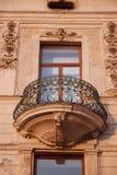 Bearbeitetes aufwändiges der Balkoneisenfenster-Wand Lizenzfreies Stockfoto