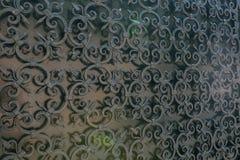 Bearbeitetes jn Zaun des schönen Eisentors die Straße stockbild