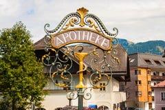 Bearbeitetes Metalldekoratives Apothekenstraßenschild in Österreich lizenzfreie stockfotos