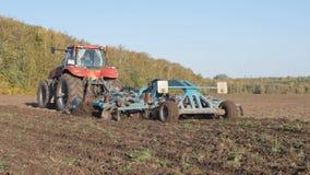 Bearbeitung des Bodens mit einem Traktor Lockerung des Bodens Sauerstoffanreicherung Kämpfende Unkräuter stock footage
