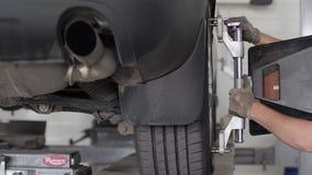Bearbeta att reparera bilen, mekaniker arbetar i närbild för tjänste- mitt, arkivfilmer