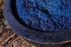 Bearbeta av indigoblått färgad bomull, jäst färga i vaten, Thailand arkivfoto