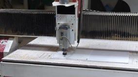 Bearbeta av plast- med en mala maskin på fabriken Cnc-malningmaskinen bearbetar en vit plast- 4K arkivfilmer