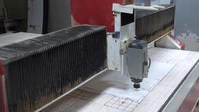 Bearbeta av plast- med en mala maskin på fabriken Cnc-malningmaskinen bearbetar en vit plast- 4K stock video