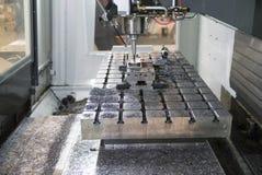 Bearbeta delen, i att mala CNC-maskinen med framsidan, mala arkivfoto