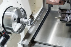 Bearbeta med maskin av delar, klippa av kugghjulkronan på CNC-maskinen Royaltyfri Foto