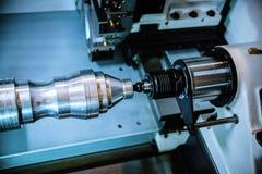 Bearbeta med maskin av delar på en drejbänk Royaltyfri Bild