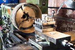 Bearbeta med maskin av delar på en drejbänk Arkivfoton