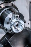 Bearbeta med maskin av delar på en drejbänk Arkivbilder