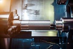 Bearbeta med maskin av delar på en drejbänk Royaltyfri Foto