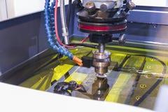 Bearbeta med maskin för elektrisk urladdning; bearbeta med maskin för gnista Royaltyfri Fotografi