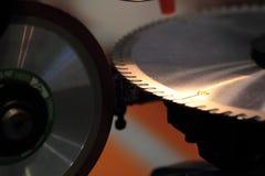 Bearbeta med maskin för sharpeninig ett cirkelsågblad Arkivbilder
