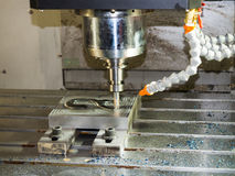 Bearbeta med maskin precisiondelen vid CNC som bearbetar med maskin cente Arkivbilder