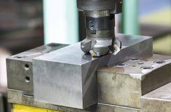 Bearbeta med maskin precisiondelen vid CNC som bearbetar med maskin mitten Arkivbild