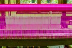 Bearbeta med maskin vävt silke som är sällsynt i Asien Arkivfoton