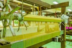 Bearbeta med maskin vävt silke som är sällsynt i Asien Royaltyfri Foto