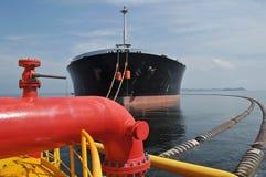 Bearbeta på olja och gasa överföringsplattformar Arkivfoton