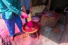 Bearbeta som gör rökelsepinnar i traditionell by i nord av Vietmam royaltyfria bilder