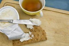 Bearbetad ost och kniv Royaltyfria Foton