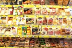 Bearbetade köttprodukter i livsmedelsbutik Arkivbild
