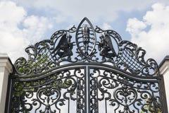 Bearbetade portar Bild av dekorativa portar för ett gjutjärn metall utfärda utegångsförbud för tätt upp härliga portar med det ko Royaltyfri Foto