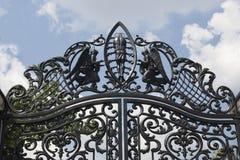 Bearbetade portar Bild av dekorativa portar för ett gjutjärn metall utfärda utegångsförbud för tätt upp härliga portar med det ko Royaltyfria Foton