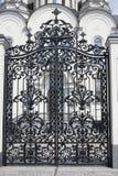 Bearbetade portar Bild av dekorativa portar för ett gjutjärn metall utfärda utegångsförbud för tätt upp härliga portar med det ko Fotografering för Bildbyråer