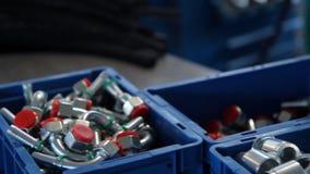 Bearbetar rörmokeri Fast tillbehörrör och monteringar för anslutning av vatten- eller gassystem lager videofilmer