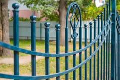 Bearbetat staket för härlig dekorativ ensemblemetall med det konstnärliga smidet Järnledstångslut upp royaltyfri foto