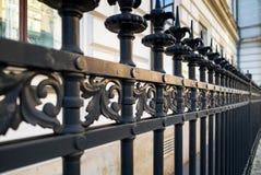 Bearbetat staket för härlig dekorativ ensemblemetall med det konstnärliga smidet Järnledstångslut upp royaltyfria foton