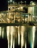 Bearbetningsanläggning för guld- min på natten royaltyfria foton