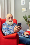 Bearded senior man with smartphone Royalty Free Stock Photo